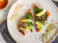 Рецепта Авокадо тост сандвич с яйце, маслинова паста и кориандър